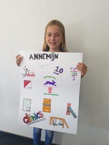 Annemijn Weetink haar zelfgemaakte poster.