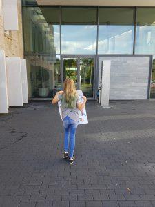 Annemijn op weg naar het gemeentehuis!