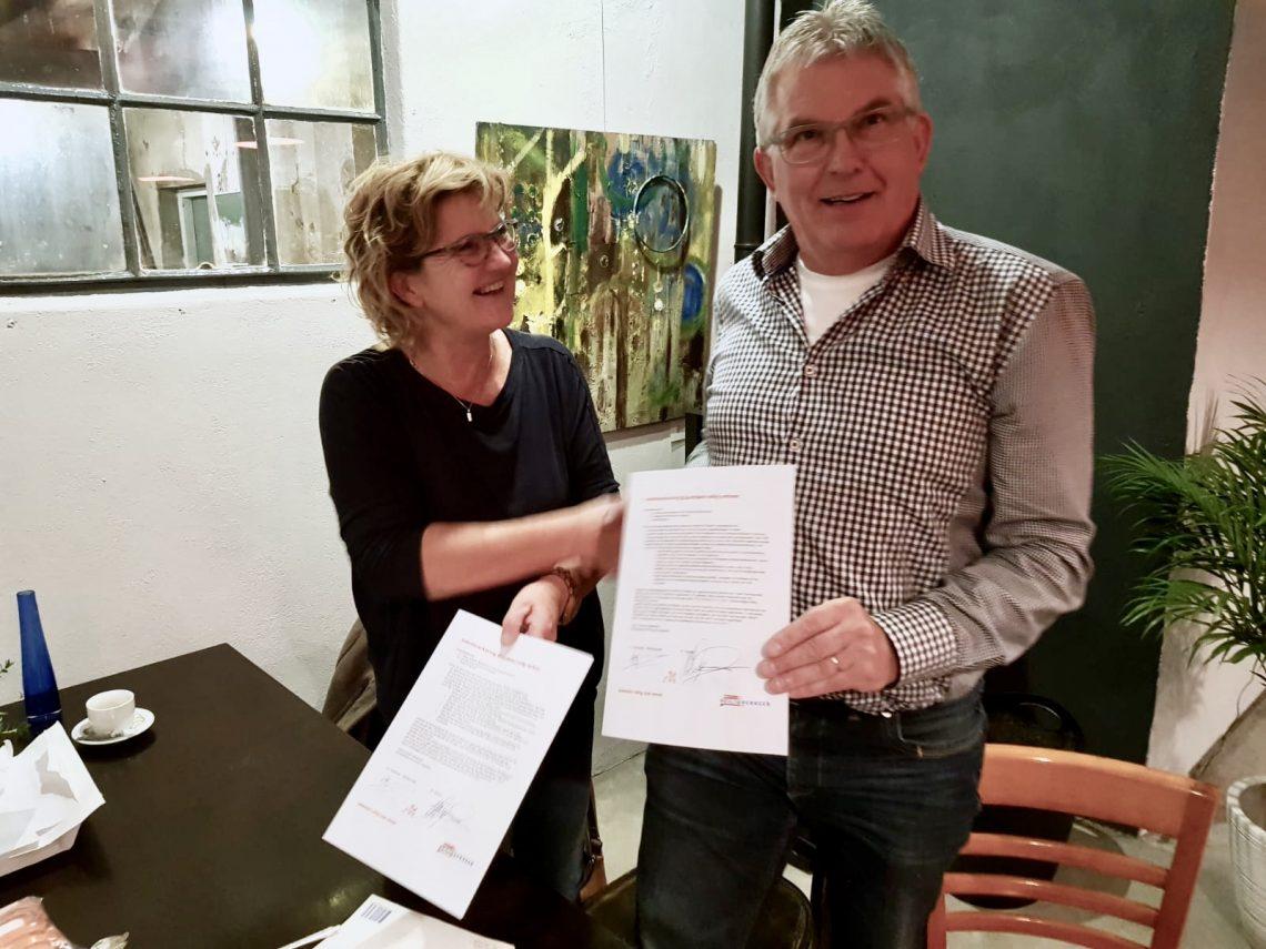 Buurtlabel wordt uitgereikt door Dorien Mulderije van VVN aan Wim Dijkstra van Dorpsbelang Wichmond Vierakker